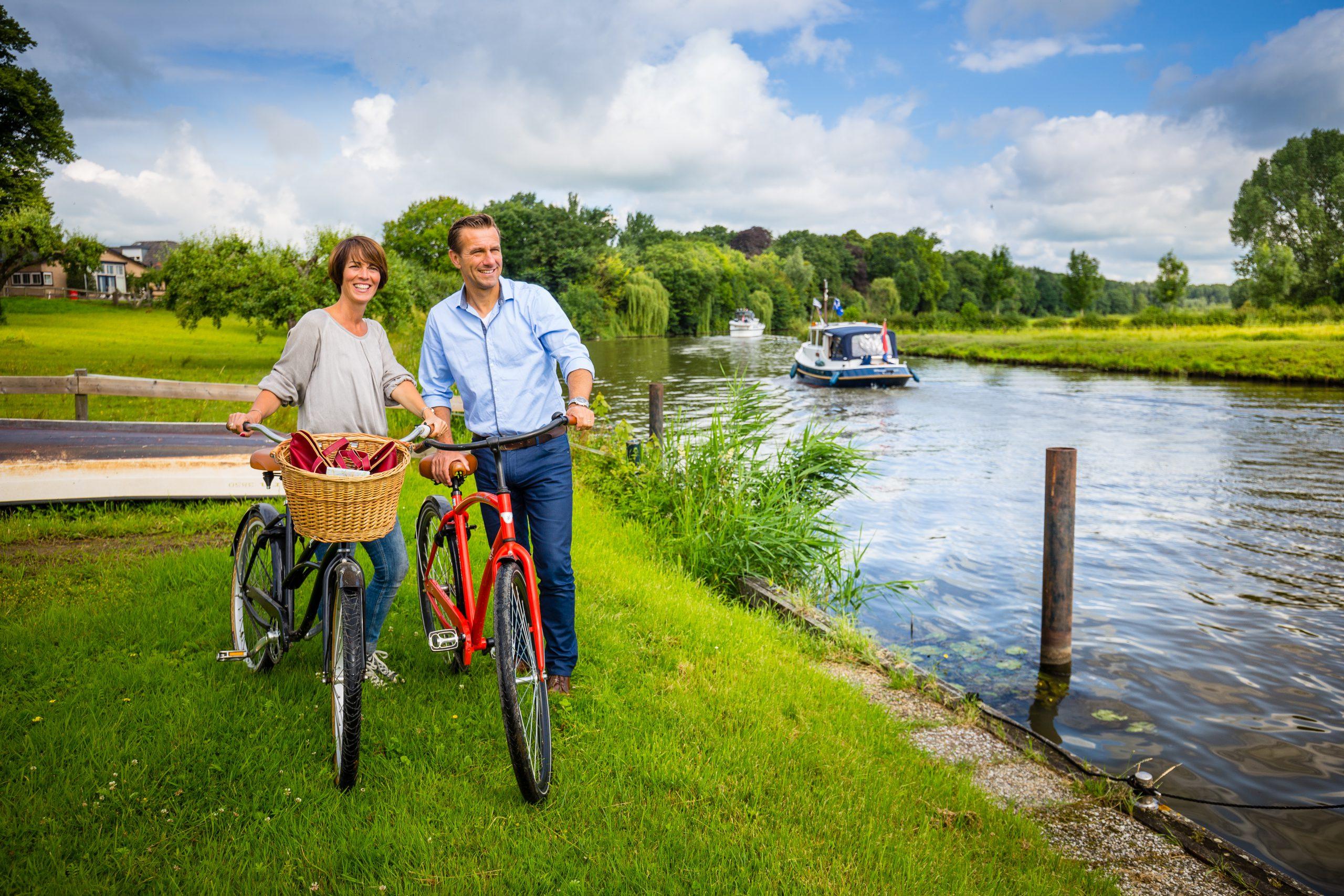 Mensen bij het water met een fiets