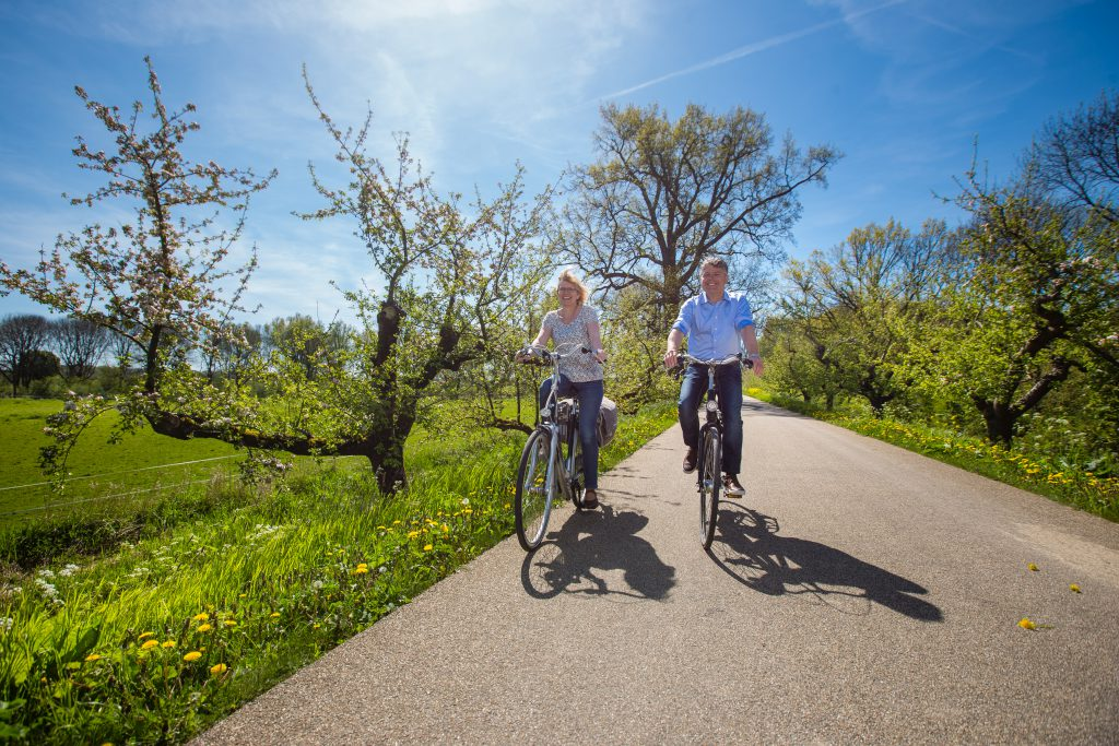 twee mensen op de fiets bij streekfietsroute